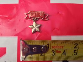 RUSSIAN PIN BADGE WITH GOLD COLOURED STAR PENDENT
